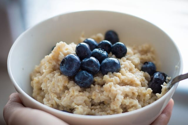 Ovesná kaše ke snídani s jablkem a skořicí – recept